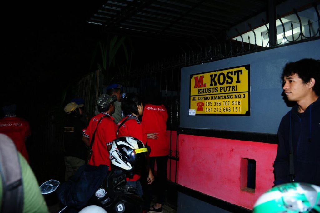 Satpol PP kota Makassar melakukan Razia di beberapa rumah kos di hari ke enam puasa.Sabtu(11/6/16).