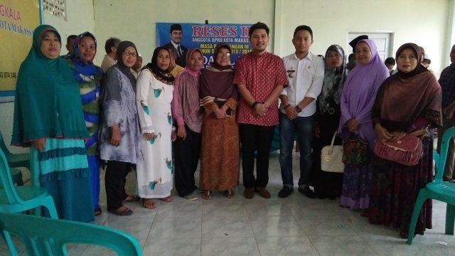 Wakil Ketua DPRD kota Makassar dari fraksi Demokrat Adi Rasyid Ali reses di kelurahan Bangkala Kecamatan Manggala di dampingi Oleh Lurah Bangkala Amanda syahwaldi. Rabu( 22/6/16).