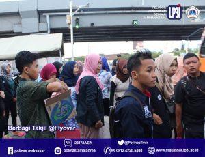 Mahasiswa Kampus Polinas LP3i Tamalanrea Makassar, bagikan takjil di Fly Over, Jalan AP Pettarani, Makassar, Sabtu (18/6/16).